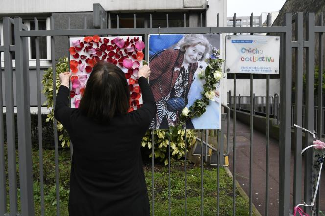 Un hommage à Mireille Knoll devant l'immeuble où elle résidait, à Paris, en mars 2018.