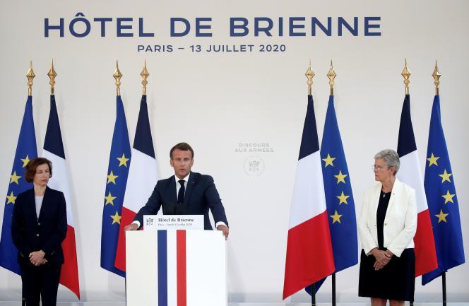 Emmanuel Macron lors de son discours depuis le ministère des armées, lundi 13 juillet à Paris, aux côtés de la ministre Florence Parly (à gauche) et de la ministre déléguée à la mémoire et aux anciens combattants, Geneviève Darrieussecq.