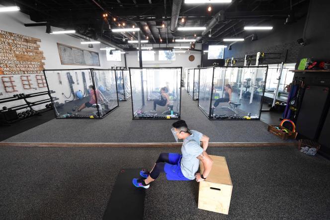 A la mi-juin, en Californie : les gérants d'une salle de fitness tentent de maintenir leurs ateliers physiques au prix d'importantes mesures de distanciation physique.