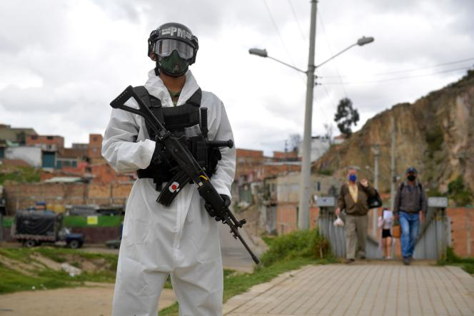 Des soldats contrôlent l'entrée et la sortie des zones confinées, à Bogota, le 13 juillet.
