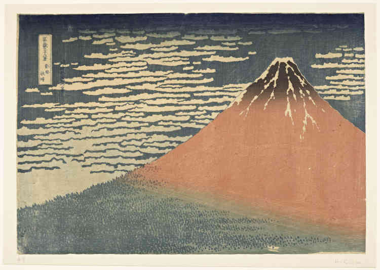 «A la fin de l'été ou au début de l'automne, à l'aube, le Mont Fuji se pare de teintesrougeoyantes sous l'effet des rayons du soleil levant. Sur un ciel bleu légèrement voilé de nuages, le volcan se dégage de la forêt qui occupe ses flancs pour faire scintiller les neiges éternelles à son sommet.»