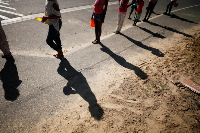 Une file d'attente pour recevoir de l'aide alimentaire à BlueDowns, dans la banlieue du Cap,en Afrique du Sud, le 4 mai.
