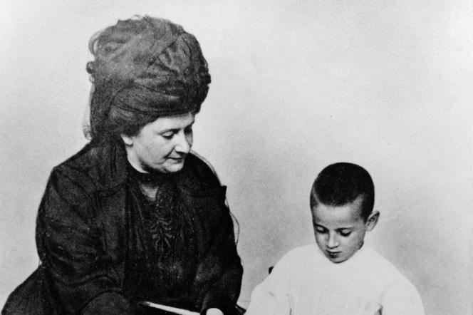 Maria Montessori enseigne l'alphabet à un jeune garçon, à Rome (Italie), vers 1907.