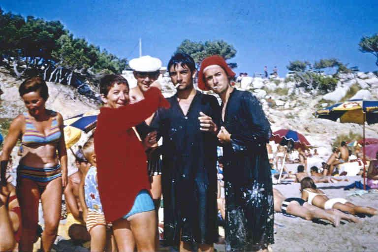 Gabrielle allumant la cigarette de Christian Rossi sur la plage de Sainte-Croix à Martigues, en juillet 1968.  Crédit: Collection privée