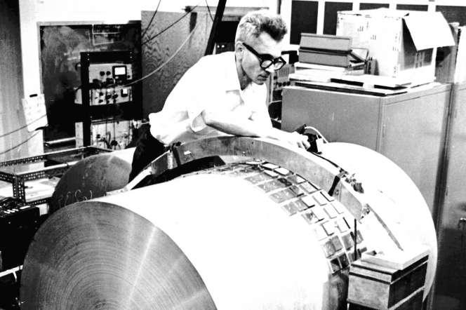 Joseph Weber devant une barre résonnante censée détecter les ondes gravitationnelles, dans les années 1960.