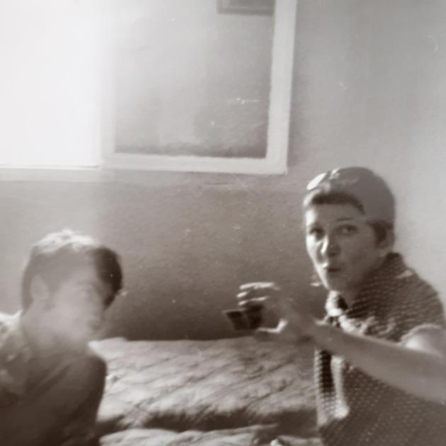 Gabrielle et Christian Rossi regardant une diapo, chez une élève, à l'été 1968.