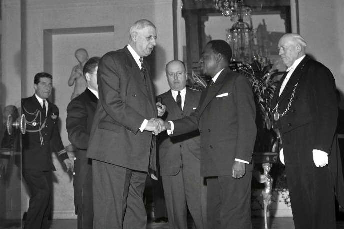 A l'Elysée, le 17 janvier 1961, le premier président ivoirien Félix Houphouët-Boigny est reçu par le président français Charles de Gaulle et Jacques Foccart, secrétaire général de l'Elysée aux affaires africaines et malgaches jusqu'en 1974.