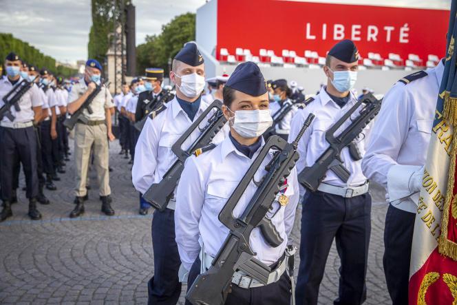 Le nombre de militaires participant au défilé est réduit cette année à cause de la crise due au coronavirus.