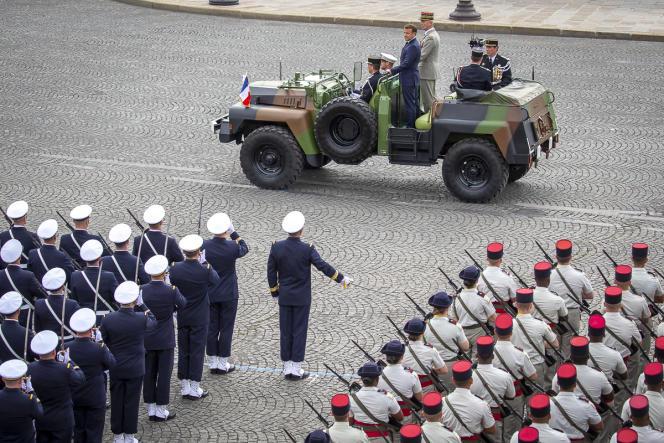 Emmanuel Macron, président de la république, passe les troupes en revue lors de la cérémonie militaire de la fête nationale sur la place de la Concorde à Paris, mardi 14 juillet 2020.