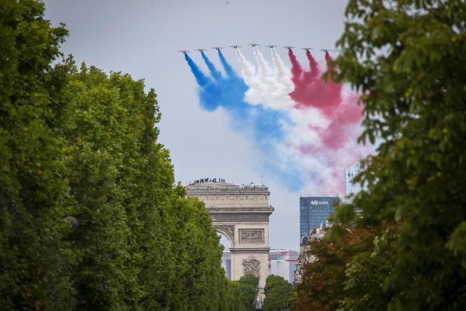 Passage de la Patrouille de France lors de la cérémonie militaire de la fête nationale sur la place de la Concorde à Paris, mardi 14 juillet 2020.