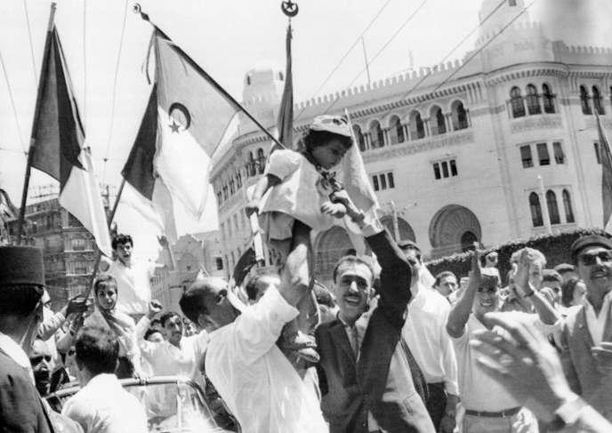 Une foule d'Algériens manifeste sa joie le 3 juillet 1962 à Alger. Le pays a proclamé son indépendance après la signature des accords d'Evian le 18 mars 1962 et leur ratification par référendum en France le 8 avril 1962 puis en Algérie le 1er juillet 1962.