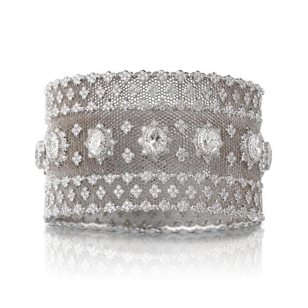 Bracelet jonc en nid d'abeille, en or blanc, 1049 diamants taille brillant et 12 diamants, Buccellati.