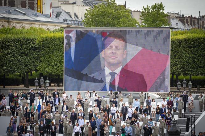 Une image d'Emmanuel Macron retransmise en direct lors de la cérémonie militaire de la fête nationale, place de la Concorde, à Paris, le 14 juillet.