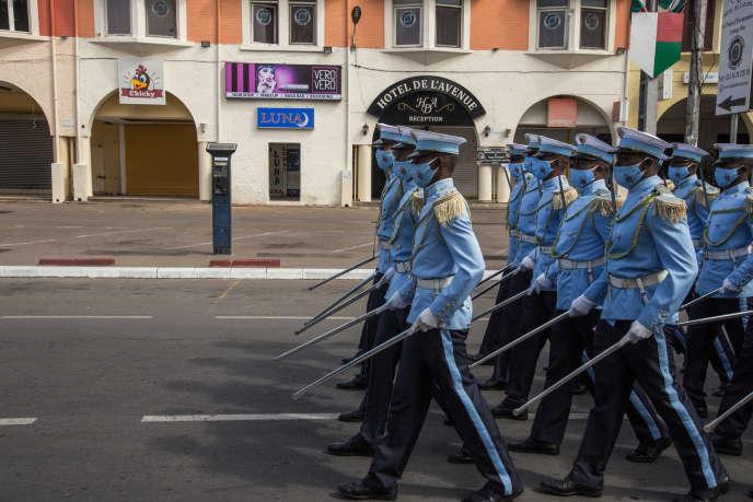 Défilé des cadets de l'Académie miltaire de Madagascar pour les festivités du 60e anniversaire de l'indépendance de la Grande Ile, à Antananarivo, le 26 juin 2020.