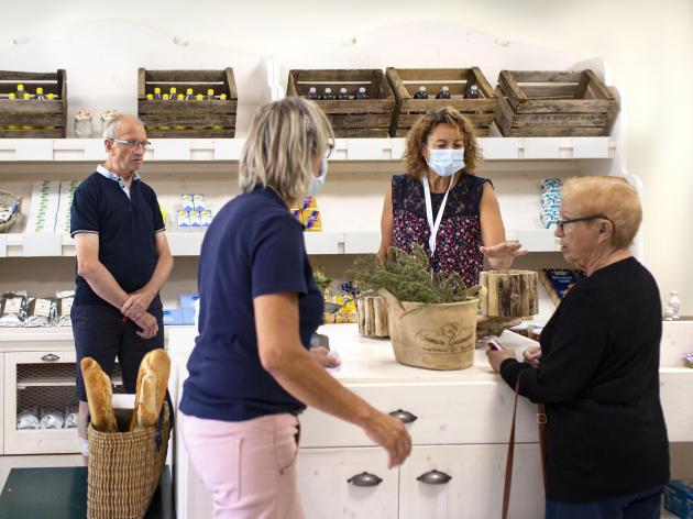 A l'épicerie du village, tout est fait pour recréer les routines des patients, et faire de cet espace un monde «normal».