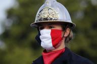 Un pompier portant un masque, lors du défilé du 14-Juillet.