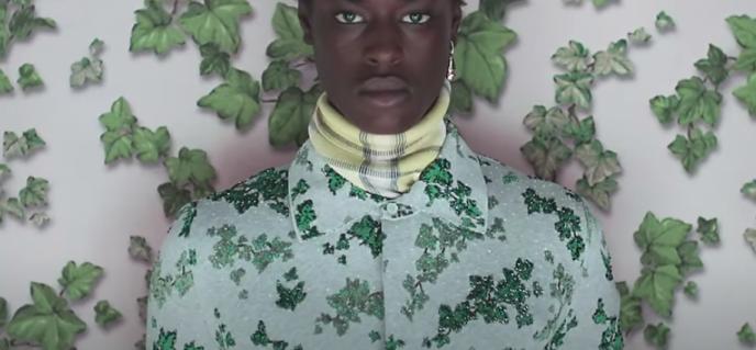 Image tirée du film promotionnel de la collection haute couture Dior Homme 2020-2021 par le créateur Kim Jones inspirée du travail du peintre ghanéenAmoako Boafo.
