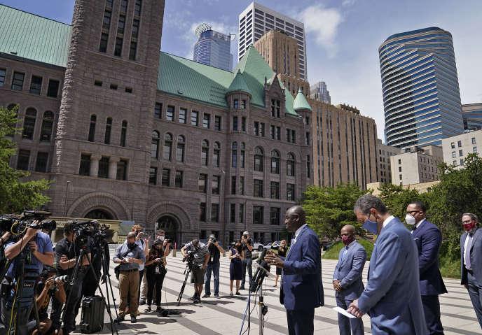 La mort de George Floyd est un «moment charnière» pour se pencher sur la question des brutalités policières contre la minorité noire aux Etats-Unis, a affirmé Ben Crump, principal avocat de la famille, devant le tribunal de la ville deMinneapolis, le 15juillet.
