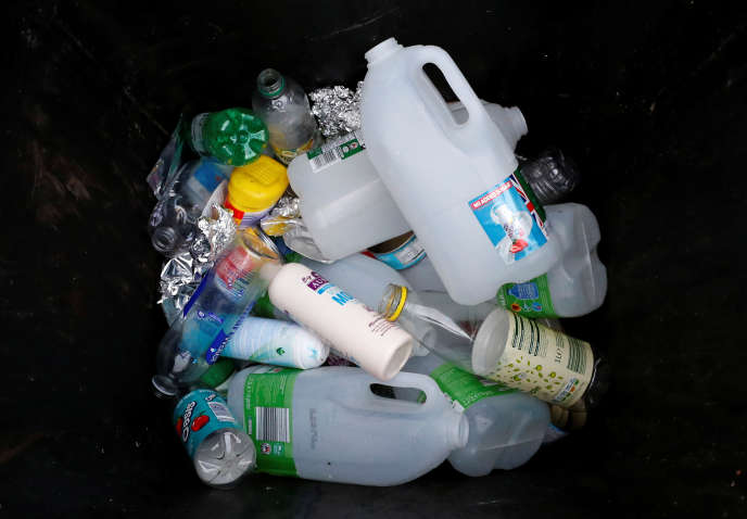 Dans une poubelle à Manchester (Royaume-Uni) en novembre 2018, des emballages alimentaires à recycler, non dénués de polluants dits« du quotidien».