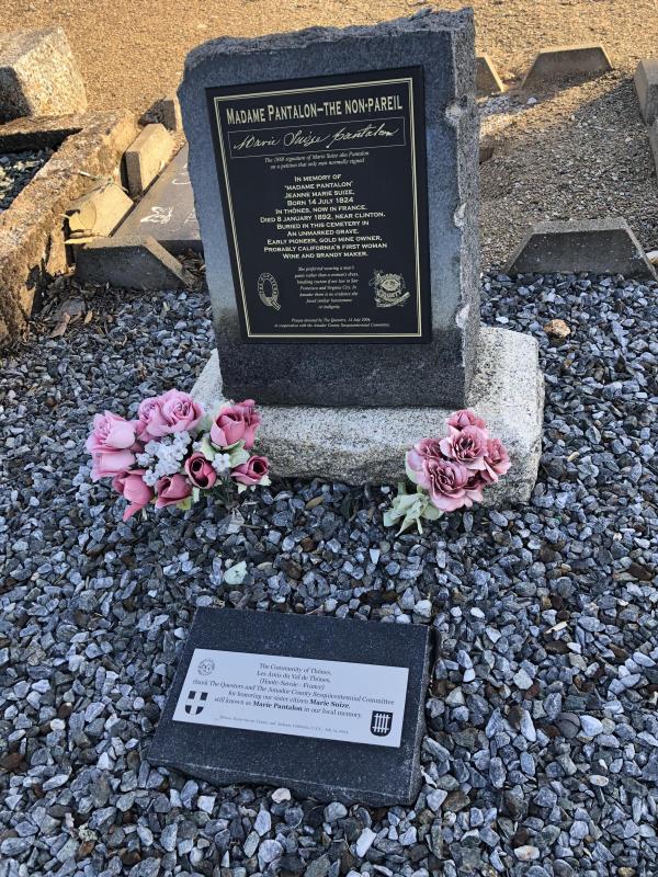 Stèle en mémoire de Marie Suize Pantalon, érigée en 2004 dans le cimetière de Jackson (Californie).
