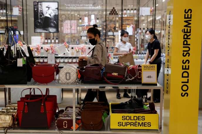 Dans le magasin Printemps du boulevard Haussmann, à Paris, le 15 juillet.