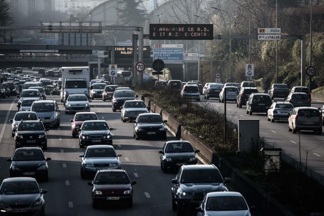 Trafic routier sur le périphérique parisien.