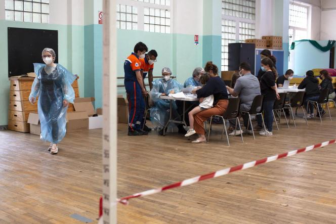 Dépistage du Covid-19 dans un gymnase de Saint-Ouen (Seine-Saint-Denis), commune connaissant une recrudescence de cas positifs, le 14 juillet.