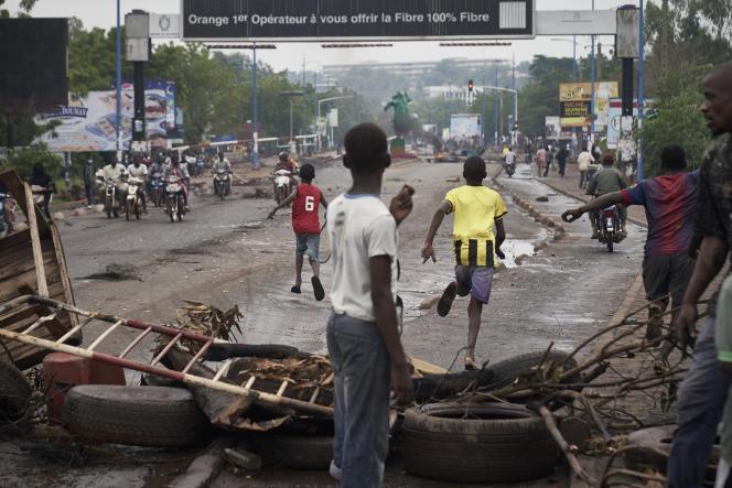 Une barricade dans une rue du centre-ville de Bamako, le 11 juillet 2020.