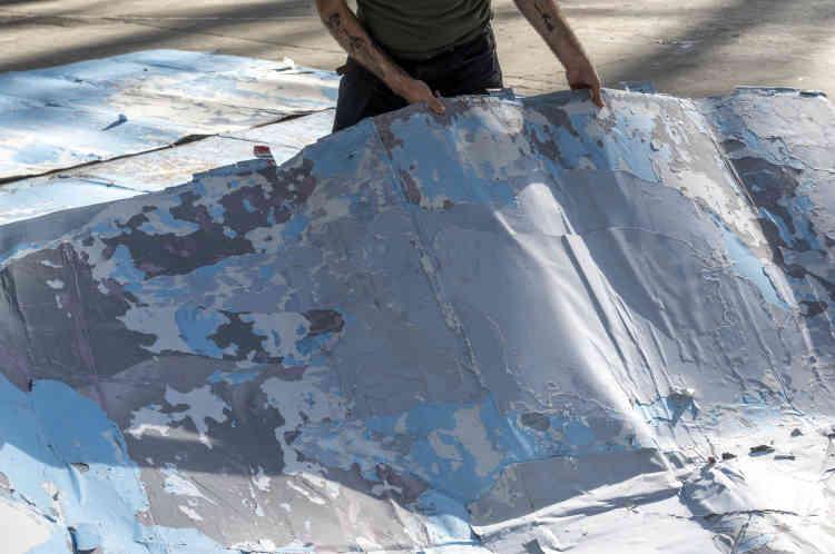 Dans le silence de son nouvel atelier, Franck Scurti installe une autre partie de son œuvre, qui représente des morceaux de ciel, récupérés sur des rouleaux d'affiches arrachées : des instants qu'il veut partager avec les visiteurs du Grand Palais. Une œuvre en mouvement et changeante, car ces fragments, disposés pour le moment sur le sol, sont appelés à changer d'ordre selon le désir de l'artiste.