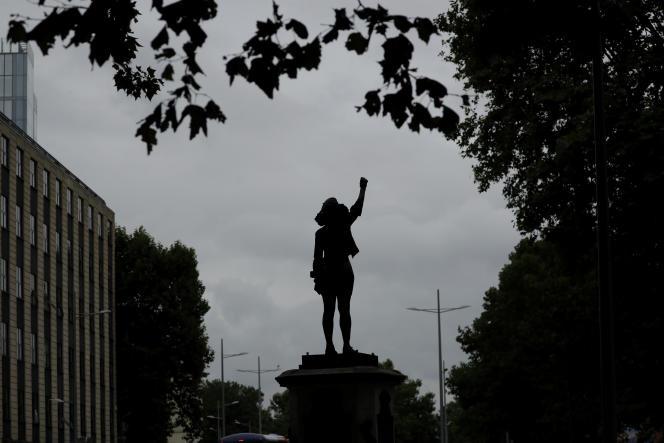 Intitulée « Une montée en puissance » (« A Surge of Power »), la sculpture réalisée par Marc Quinn a été installée sur le socle où se trouvait la statue d'Edward Colston par les équipes de l'artiste, sans que la mairie de Bristol soit au courant.