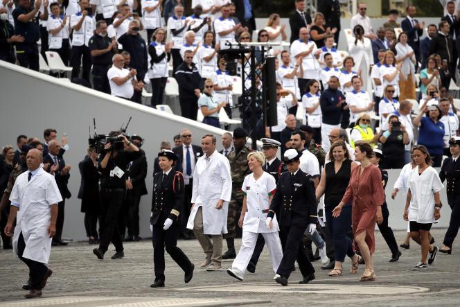 Des soignants défilent lors de la parade militaire, place de la Concorde, à Paris, le 14juillet 2020.
