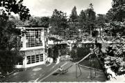 Vue de la cour de l'école en plein air de Suresnes.