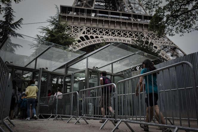 Entrée de la tour Eiffel, à Paris, en juin 2018.
