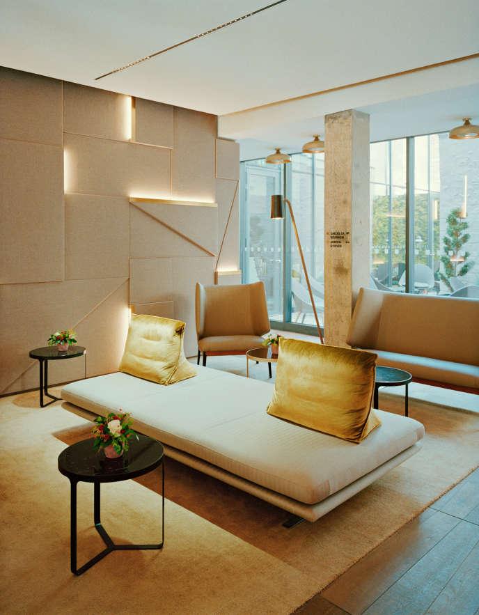 Située juste en face de la cathédrale de Reims, la caserne Chanzy a repris du service comme hôtel de luxe. Ici le lobby.