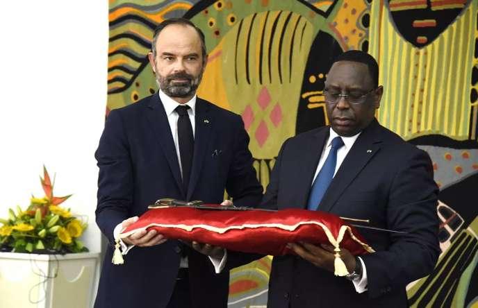 A Dakar, le 17 novembre 2019, l'ancien premier ministre français Edouard Philippe remet au président sénégalais, Macky Sall, le sabre dit d'El-Hadj Oumar Tall, pour un prêt de longue durée avant une restitution définitive.