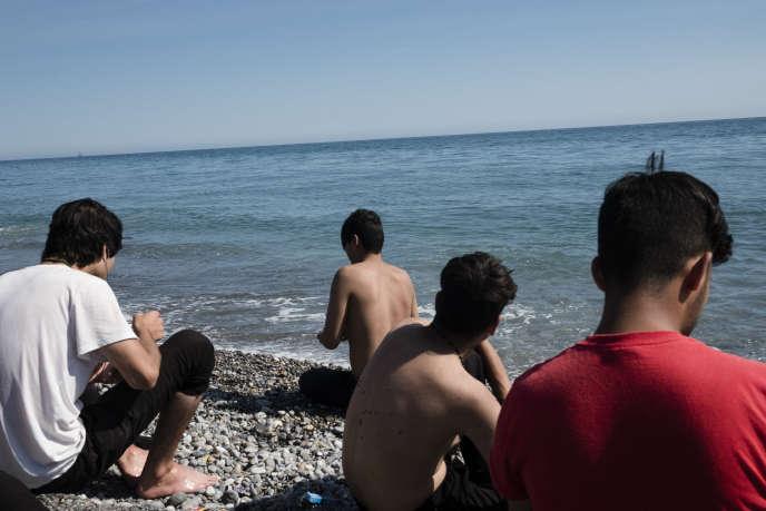 Un groupe de mineurs Afghans sur la plage à Vintimille. La plupart sont arrivés il y a quelques jours à peine après avoir emprunté la route des Balkans. Ils dorment dehors la nuit en attendant de passer en France.