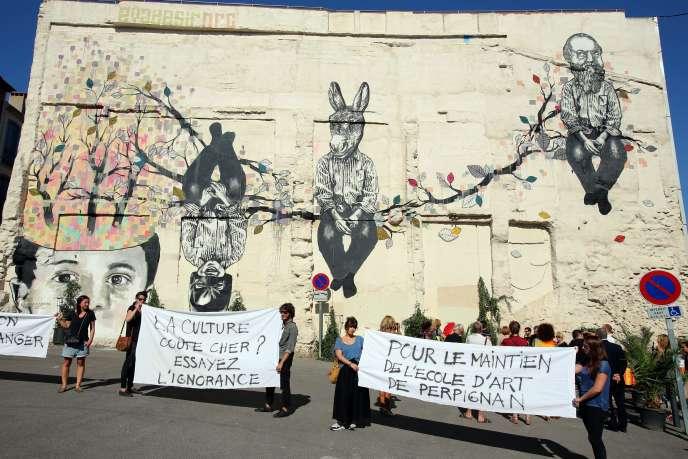 Manifestation étudiante en soutien à l'école d'art de Perpignan, lors de l'inaugurationde la fresque de la médiathèque, en septembre 2014.