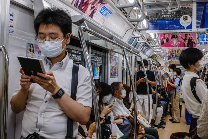Dans un train à Tokyo, le 16 juillet.