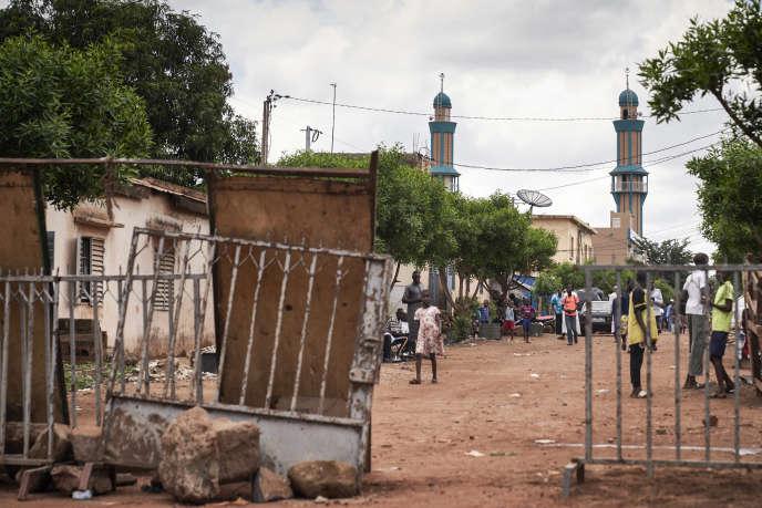 Des barricades de protection autour de la mosquée où l'imam Mahmoud Dicko prêche, dans le quartier de Badalabougou, à Bamako, le 12 juillet 2020.