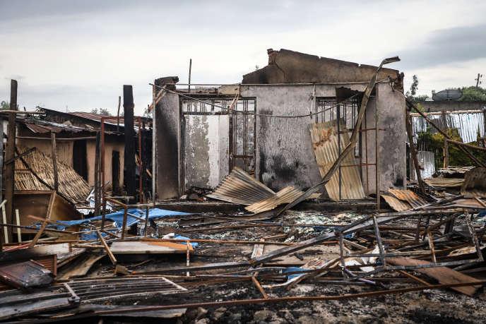Des bâtiments brûlés lors de violences après l'assassinat du chanteur oromo Hachalu Hundessa, à Shashamene, le 12 juillet 2020.