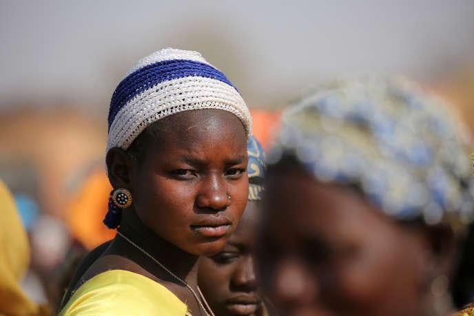 Des jeunes femmes attendent de l'aide dans un village de la région de Dablo, au Burkina Faso, en mars 2019.