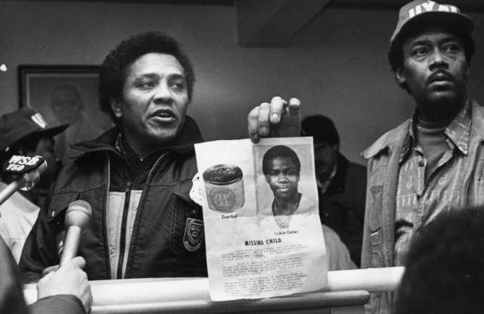 Le maire d'AtlantaMaynard Jackson brandit une affiche d'un enfant disparu.