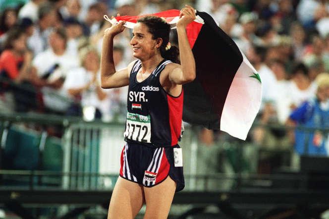 La Syrienne Ghada Shouaa avec le drapeau de son pays, après sa victoire à l'épreuve olympique d'heptathlon, en 1996, à Atlanta.