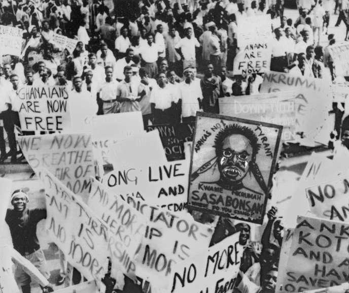 Manifestation de travailleurs le 6 mars 1966 à Accra où l'effigie de Kwame Nkrumah est vilipendée avec des slogans tels que « le grand mal», « super démon», « Sasabonsan», moins d'un mois après le coup d'Etat militaire qui le chassa du pouvoir le 24 février.