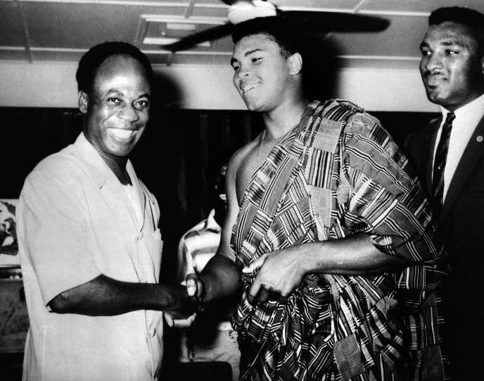 Le président ghanéen Kwame Nkrumah reçoit à Accra Mohammed Ali le 23 mai 1964 au cours du voyage que leboxeur américain effectua sur le continent.