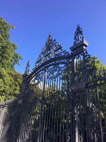 Ce jardin anglais, héritier de l'ancien jardin des plantes, a pris sa physionomie actuelle au début du XXesiècle.