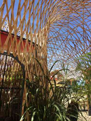 A l'occasion de ses dix ans, le parc à thème angevin a inauguré une canopée en bambou tressé,«L'Oasis», conçue par l'Atelier Déambulons.