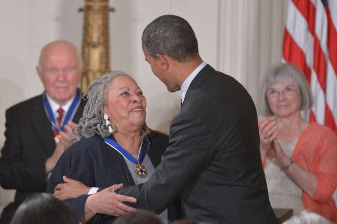 Le président américain Barack Obama remet la médaille présidentielle de la liberté à l'auteur Toni Morrisson lors d'une cérémonie le 29 mai 2012 à la Maison Blanche à Washington.