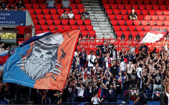 Des supporteurs parisiens avant le match amical qui oppose le PSG aux Belges du Waasland-Beveren, le 17 juillet, au Parc des Princes, à Paris.
