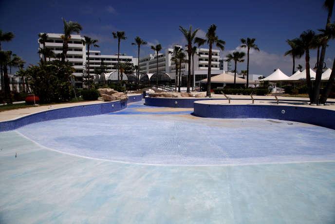 Un hôtel fermé, à Ayia Napa, sur la côte sud-est de Chypre, le 10 mai.